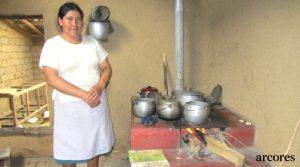 ARCORES Ayuda construyendo cocinas a familias en Chota, Perú